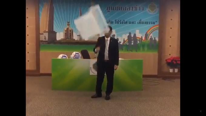 タイで開発の超頑丈な最新スーパー投票箱がお披露目会見で壊れる