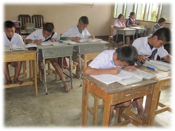 現在の小学校の様子。中学校に通える機会を作る。