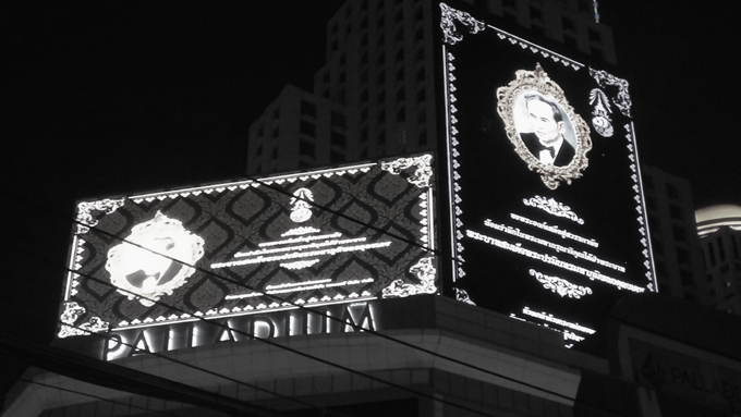 ◆プミポン国王の崩御が発表された直後のプラトゥナームのショッピングモール