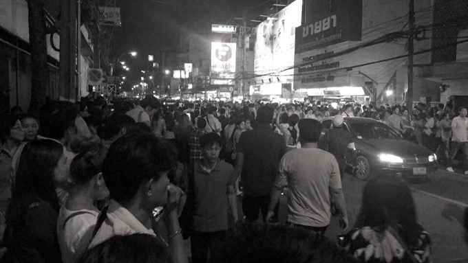 ◆崩御発表直後のシリラート病院前の様子(撮影:ラムヤイ・ハイトーンカム)