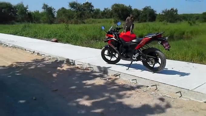 人間と猿の大喧嘩!新車のバイクに猿がとんでもない事を・・・