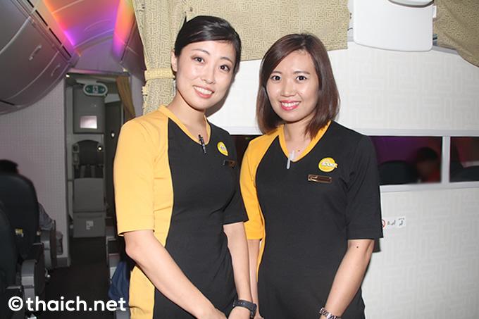 スクートの日本人CAさん(左)とシンガポール人CAさん(右)。