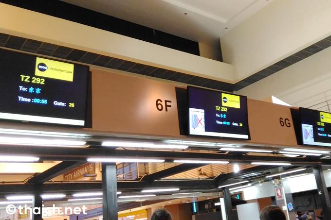 ドンムアン空港のチェックインカウンター。