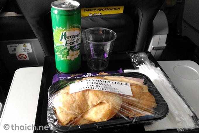 スクートの機内食 人気ナンバーワンの「チキンハムと濃厚チーズのクロワッサン」