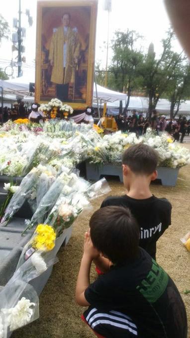 カオサン通り・王宮広場周辺の国王陛下追悼イベントで、改めて『微笑みの国』を感じる