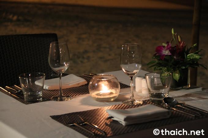 「A Tropical Romantic dinner On The Beach(ビーチでのトロピカルでロマンティックな夕食)」