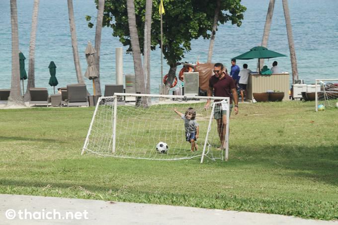 「バンヤンツリー・サムイ」プライベートビーチ前の芝生