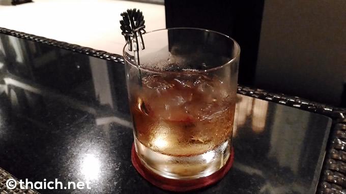 グラスの「メコン」(200バーツ)。