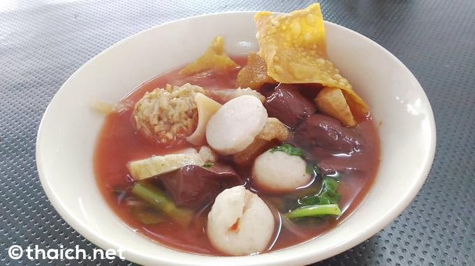 毒々しいピンク色のスープのタイヌードル「イェンタフォー」