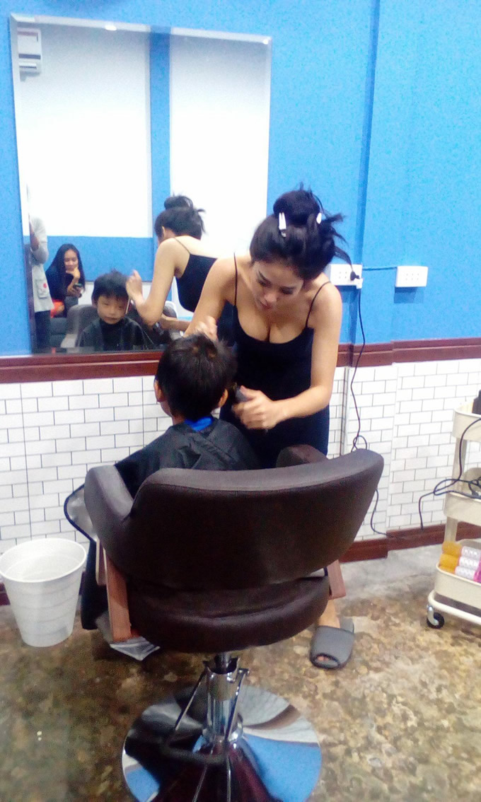 タイ東部のセクシー過ぎる理容師目当てにお客さん殺到