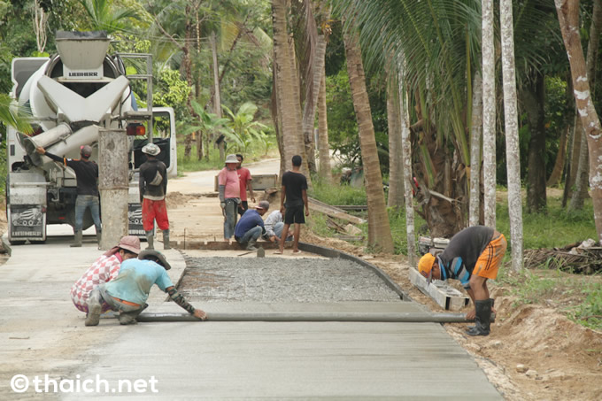 パンガン島の山の中で、椰子の実割りの人々に出会った