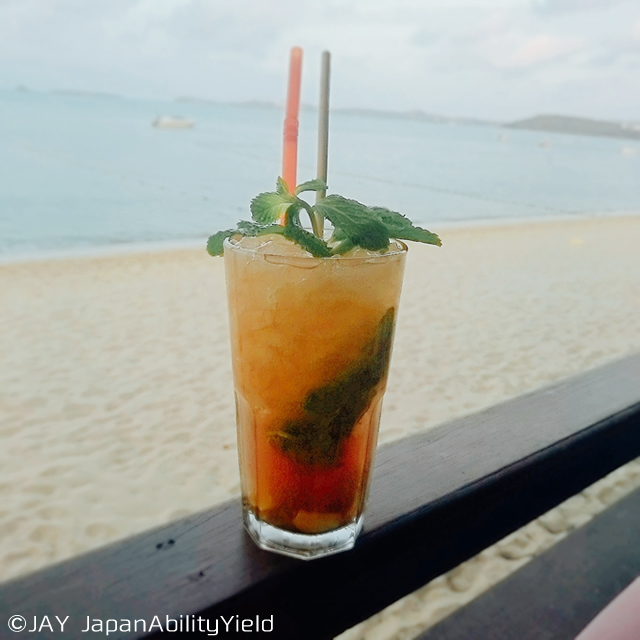 サムイ島「バンダラリゾート&スパサムイ」のビーチバーとレストランで過ごす ロマンチックな夕暮れ
