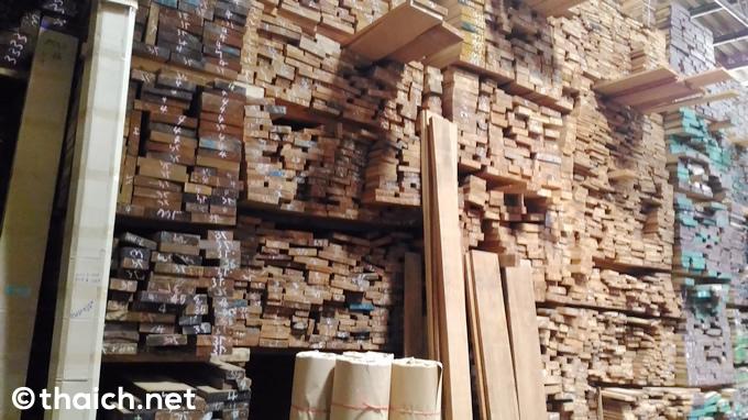 バンコクの木材市場プラチャーナルミット通り