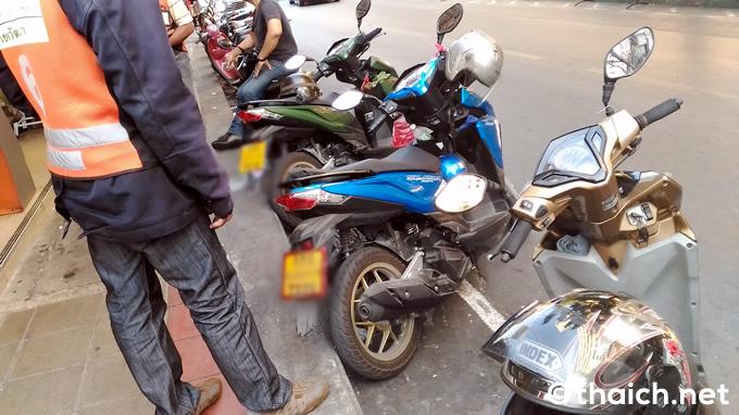 バンコクのバイクタクシー300台がグラブバイク反対デモ