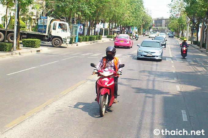 バイクタクシーのドライバーが目出し帽を被っているのはなぜですか?