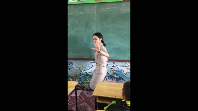 タイの踊る女性教師、タイ版九九を覚える算数の授業で