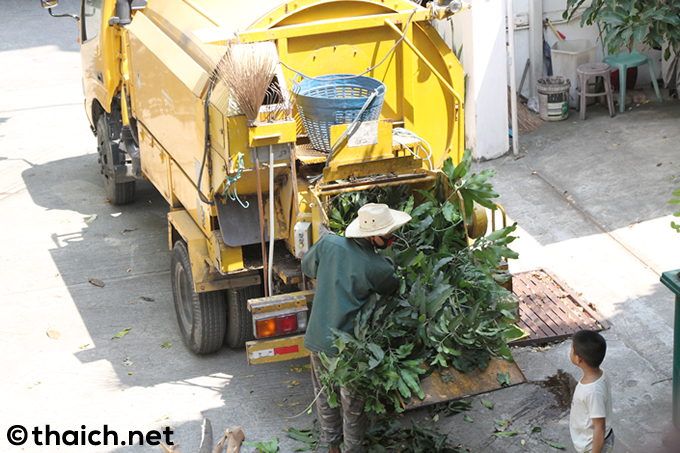 木の枝をガリガリと吸い込んで処理するトラック
