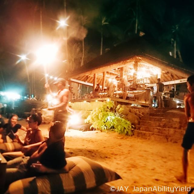ビーチ沿いのカクテルバー「Coco Tam's」