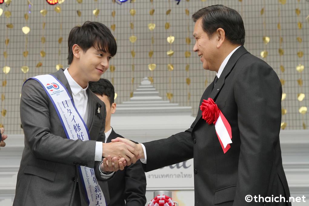 日タイ修好130周年親善大使任命式でタナサック・パティマプラゴーン副首相と