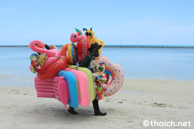 チャウエンビーチの浮き輪売り