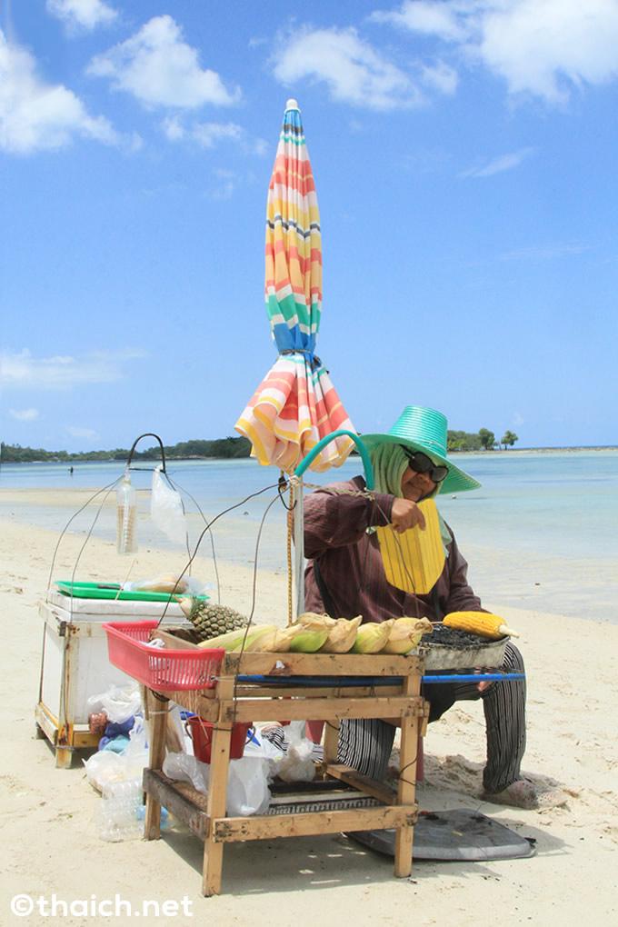 チャウエンビーチのトウモロコシ売り