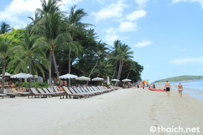 サムイ島・観光客で賑わうチャウエンビーチの物売り達