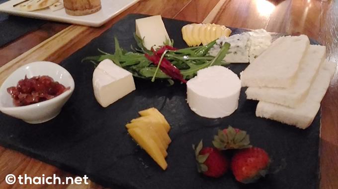 ゴルゴンゾーラやブリーゴートなどのチーズやフルーツの盛り合わせ(450バーツ)