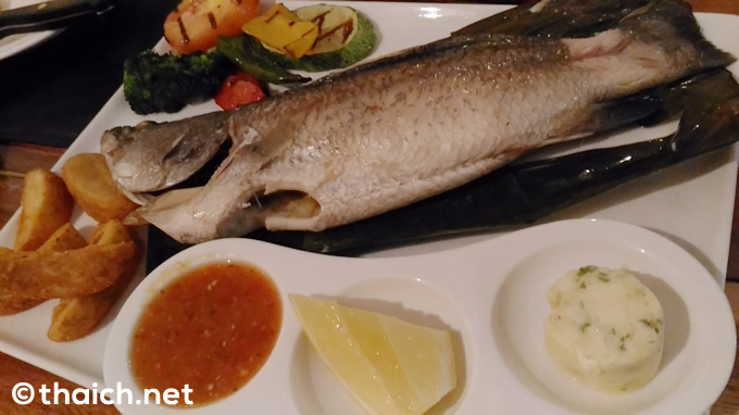 「600g. Whole White Snapper Wrapped in Banana Leaf」(650バーツ)