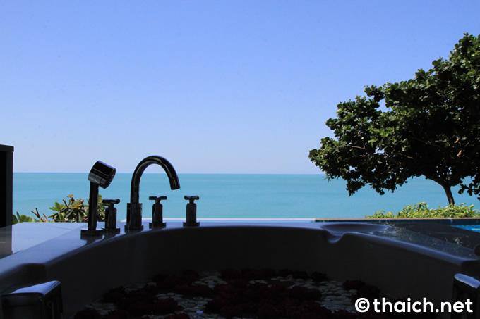 プライベートビーチが見渡せるアコーンビラのテラス