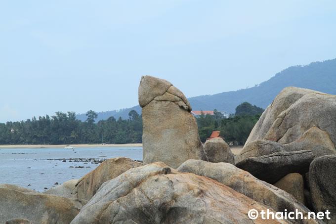 サムイ島の男性器岩に西洋人女性が全裸で抱きつき批判殺到