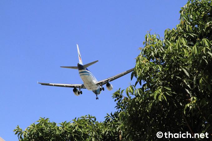 ワット・プラヤイ上級を飛ぶバンコクエアウェイズの旅客機