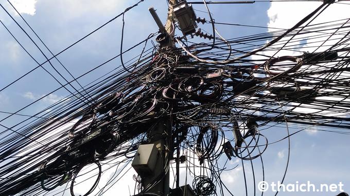 タイでよく見る電柱の電線はこのよになっていることが少なくありません