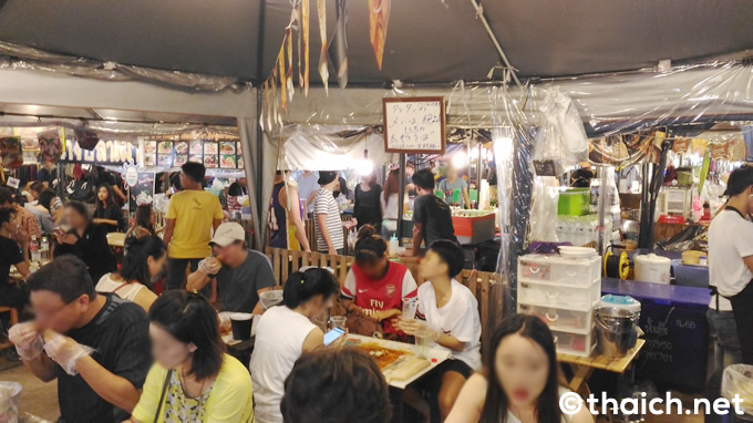 「タレ・タン(ทะเลถัง)」という手づかみで食べるシーフード料理を提供する「Crazy Shrimp」という屋台