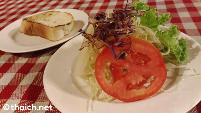 「サリカステーキ」セットのサラダとパン