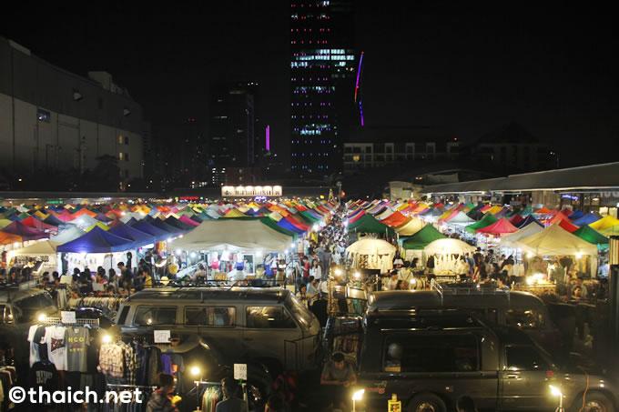 バンコクのラチャダーピセーク通りにあるナイトマーケット・タラートロットファイ(鉄道市場)
