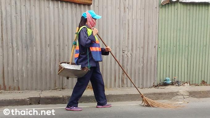 箒を押しながら前進するタイの掃き掃除スタイル