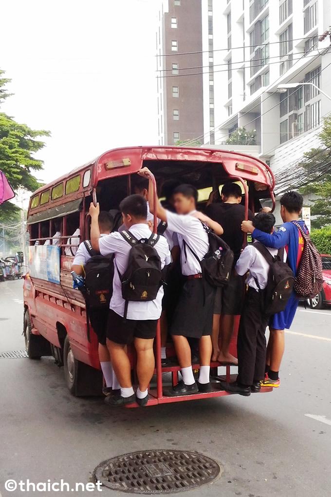 満員のトラック改造バス・ソンテウからはみ出す乗客