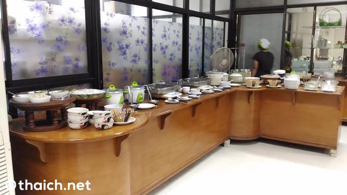 ウドンタニ空港のレストランで150バーツのタイ料理ビュッフェ