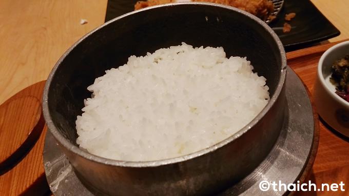 「ロースかつ御飯」(税抜き320バーツ)の釜炊き御飯