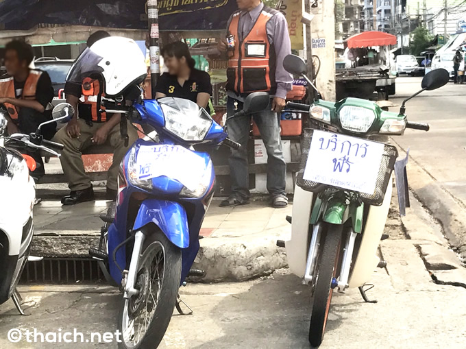 黒い服を来た人々で溢れる街、バイクタクシーも一部で無料