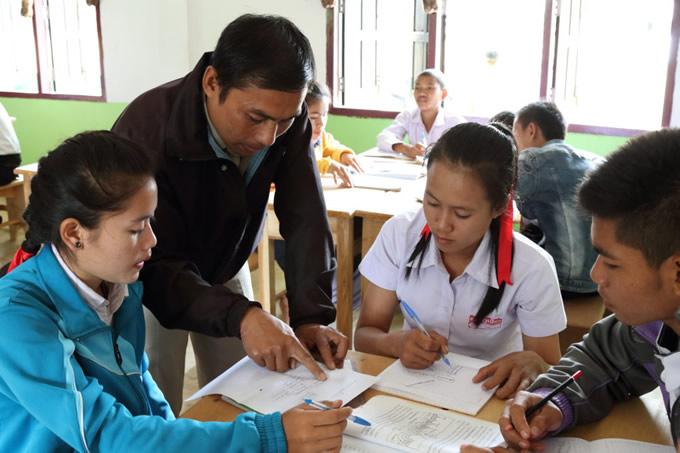 新しい校舎で勉強する生徒と、先生
