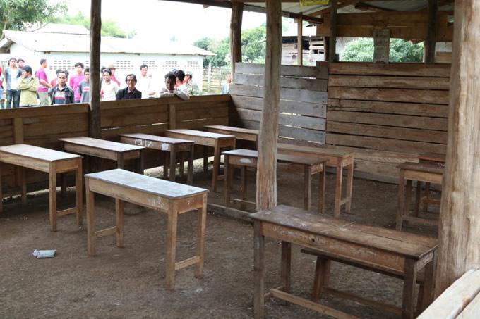 カムトン村の現在の校舎(教室)壁もない過酷な教育環境。