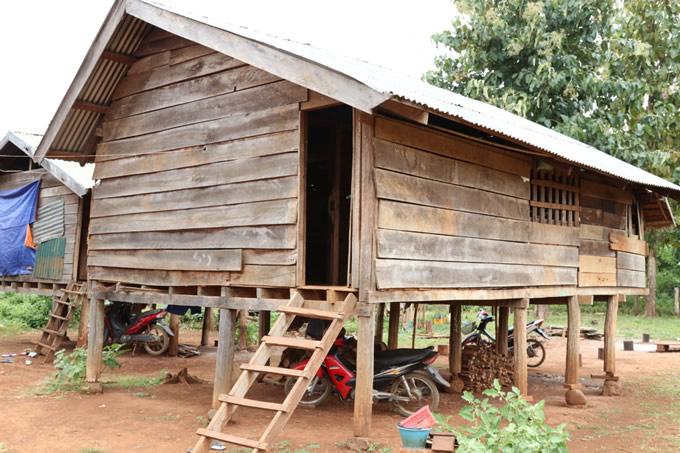 ナボーン村の現在の女子寮。雨風を凌ぐには心もとない。