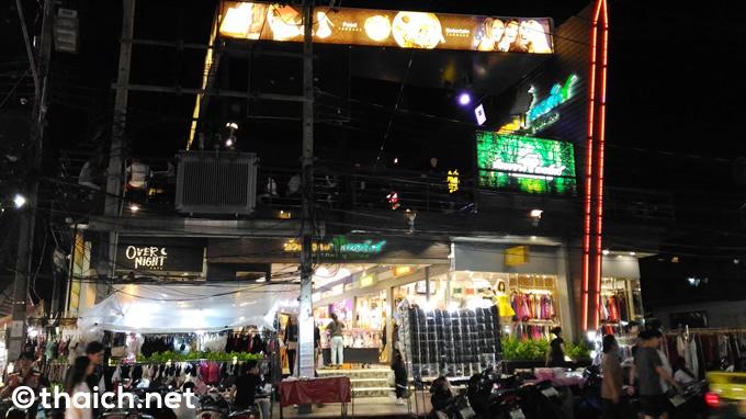 「ホワイクワン・テラス」はラチャダー通りで深夜まで食事が出来るレストラン