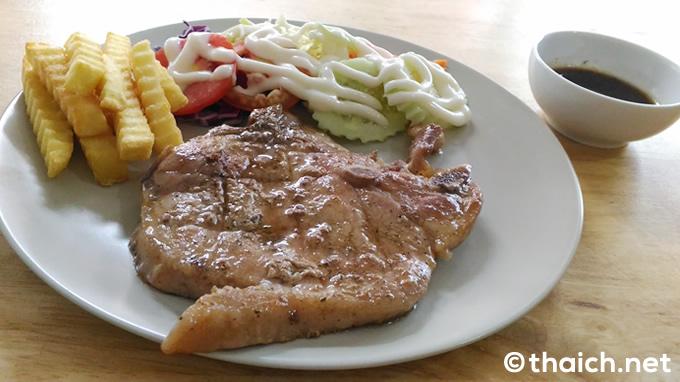 ラムカムヘン通りソイ24「PISSY STEAK」で黒胡椒ソースのポークチョップステーキ