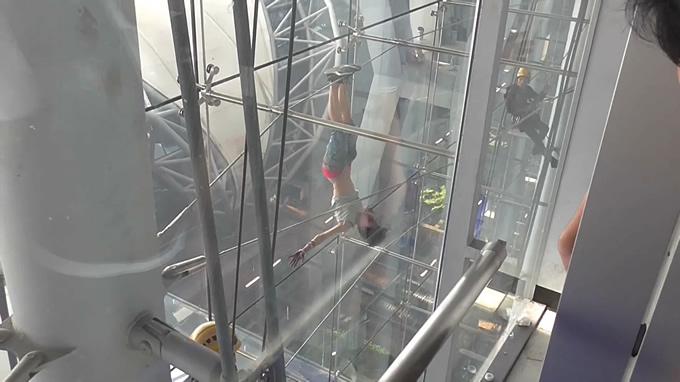 バンコク・スワンナプーム空港で外国人女性が20メートルの高さからぶら下がる