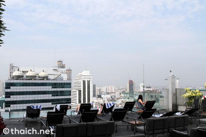 「アマラ バンコク ホテル」屋上のインフィニティプールとAkaAza Bar