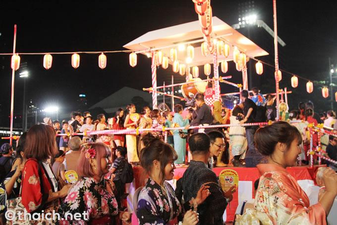 櫓を囲んで踊る人々