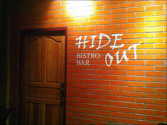 ラマ4世通りのビストロ・バー「HIDE OUT」