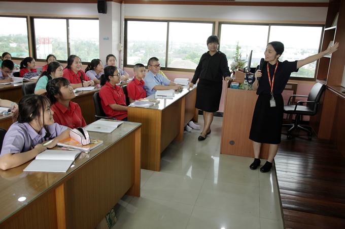 May J.がタイの学校を視察し日本語の歌を歌う、「日本語パートナーズ」で
